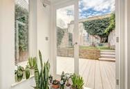 Ngôi nhà gây ấn tượng cực mạnh với toàn bộ hệ thống ngăn cách được làm bằng cửa kính