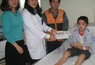 Xót xa cậu bé H'Mông có đầu gối to như cái trống con đã bị liệt đôi chân