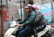 Hà Nội: Không khí lạnh tràn về, nhiệt độ giảm mạnh, người dân thích thú mặc áo ấm ra đường dưới trời mưa phùn