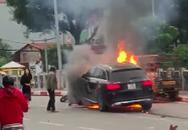 Vụ tai nạn kinh hoàng tại Hà Nội: Đạp cửa xe Mercedes đang cháy rực, nữ tài xế chạy đến ôm một thi thể nằm giữa đường