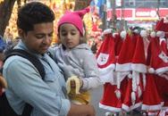 Hà Nội ngập tràn không khí Giáng sinh, giới trẻ đổ xô đến Hàng Mã check-in