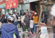 Người Hà Nội xếp hàng cả tiếng chờ mua bánh chưng, giò chả chiều 29 Tết