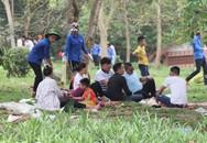 Quá oi bức, người dân đi lễ sớm hội Đền Hùng tìm nhiều nơi tránh nóng