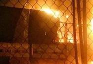 Cháy lớn thiêu rụi xe tải và đường dây điện trước của hàng đồ gỗ