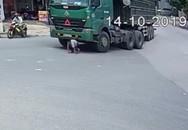 Khoảnh khắc nam sinh bò ra dưới gầm xe tải, thoát chết thần kỳ sau va chạm giao thông