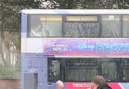 """Cặp đôi thản nhiên """"mây mưa"""" ngay trên xe buýt, đáng chỉ trích hơn là phương tiện đi ngang nhiều trường học, nguy cơ ảnh hưởng đến những đứa trẻ"""