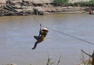 Bất chấp khuyến cáo người dân lại đu dây qua sông