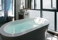 Ngôi nhà cá tính với tông màu xám, có bồn rửa và bồn tắm được đặt ngay trong phòng ngủ như đồ trang trí