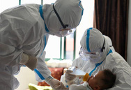 Y tá làm 'mẹ tạm thời' cho con bệnh nhân Covid-19