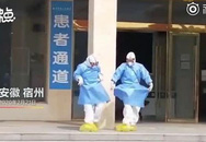 Y bác sĩ nhảy múa mừng bệnh nhân COVID-19 xuất viện