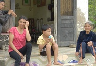 Cuộc sống khốn khổ của bà cụ 82 tuổi gồng mình nuôi 2 con thần kinh và đứa cháu tật nguyền
