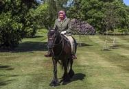 Nữ hoàng cưỡi ngựa sau 10 tuần cách ly