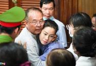 Ông Nguyễn Thành Tài ôm người thân sau khi nhận án 8 năm tù