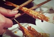 Bóc vỏ tôm chỉ trong tích tắc bằng đũa, mẹo ăn tôm nhà hàng mà ngại bẩn tay dành cho nhiều người