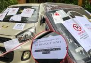 """Hàng loạt ô tô đậu xe dưới lòng đường bị khóa bánh, dán giấy nhắc nhở chi chít kèm lời nhắn: """"Khóa ở đâu còn lâu mới nói"""""""