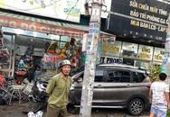 TP.HCM: Ô tô tông nhiều xe máy nằm la liệt, làm gãy cây xanh và khiến cửa hàng bị hư hỏng