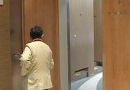 Đang đi vệ sinh thì phát hiện bóng đen đến gần nhưng không có tiếng động, cô gái dùng điện thoại quay chậm thì thấy hình ảnh gây ám ảnh