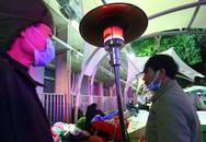 20 cây sưởi gas đặt tại khuôn viên BV Bạch Mai khiến người dân ấm lòng giữa cái rét cắt da thịt