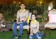Hoàng quý phi mặc áo đôi quỳ rạp bên cạnh Vua Thái Lan