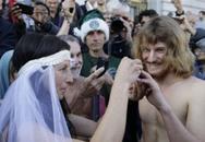 """Bị bắt sau khi """"trần truồng"""" làm đám cưới"""