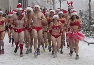 """""""Ông, bà"""" Noel mặc bikini chạy dưới trời tuyết lạnh"""