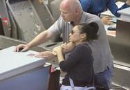 Vợ chồng Thu Minh ôm ấp tình tứ ở sân bay