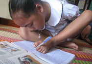 """Nghị lực của cô bé có đôi tay """"dẹp xương"""" học giỏi viết bằng chân trái"""
