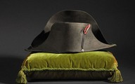 """Cận cảnh chiếc mũ nhọn hai đầu """"bicorne"""" nổi tiếng của Napoleon Bonaparte"""