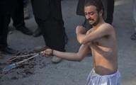 Kinh sợ cả trăm người dùng dây xích tự đánh mình để tỏ lòng tôn kính