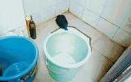 Mẹ mải chơi điện thoại, để con chết đuối trong nhà tắm