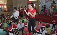 """Thu tiền tỷ từ """"Hương ga"""", Trương Ngọc Ánh dẫn con gái đi phát quà Giáng sinh"""