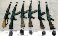 """Vào đồn biên phòng """"nẫng"""" 7 khẩu súng AK"""