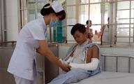 Bắt chước hành động trên truyền hình, bé 11 tuổi bị gãy cả hai tay