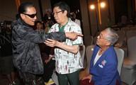 Bố Tạ Đình Phong đánh đồng nghiệp 81 tuổi trong họp báo
