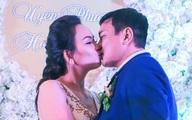 Diễn viên Hoàng Phúc hôn vợ kém 12 tuổi đắm đuối trong tiệc cưới