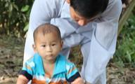 Cuộc sống tự lập của 3 cha con bé trai văng khỏi bụng mẹ