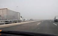 Ô tô lao vun vút ngược chiều trên cầu Nhật Tân