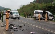 Xe khách chở 8 người lao vào container, 2 người tử vong