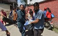 Xót xa cảnh người Nepal oằn mình trong trận động đất kép