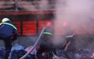 Kho bông, vải cháy lớn, Cảnh sát PCCC vất vả khống chế.