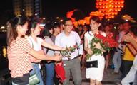 """Chàng trai tỏ tình với 99 bông hồng tại Cầu tàu """"khóa tình yêu"""""""