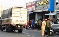 Tránh quả bóng, một phụ nữ bị xe tải cán