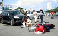 Tông cụ già bị thương, nữ tài xế hé cửa ôtô đưa tiền đền bù