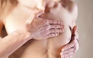 Chàng trai 16 tuổi ngực tiết ra sữa
