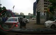 """Dân mạng """"ngỡ ngàng"""" vì tài xế cùng hãng taxi Group """"choảng"""" nhau tới tấp"""