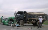 Taxi nát bét dính chặt đầu ôtô tải, 4 người trọng thương