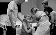 Người mẹ quỳ gối cảm ơn người mang thai hộ