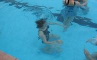 Cô gái trẻ hoảng loạn ở bể bơi người lớn