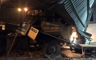 Container húc dải phân cách, lao vào nhà dân trong đêm