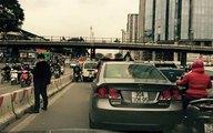"""""""Quý ông"""" thản nhiên đi vệ sinh giữa thủ đô thuê xe tự lái"""